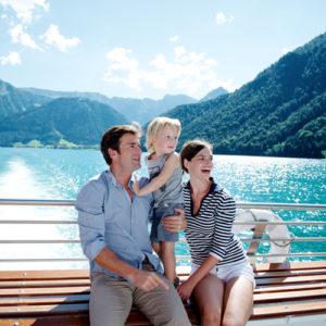 Familie bei einer Schifffahrt am Achensee