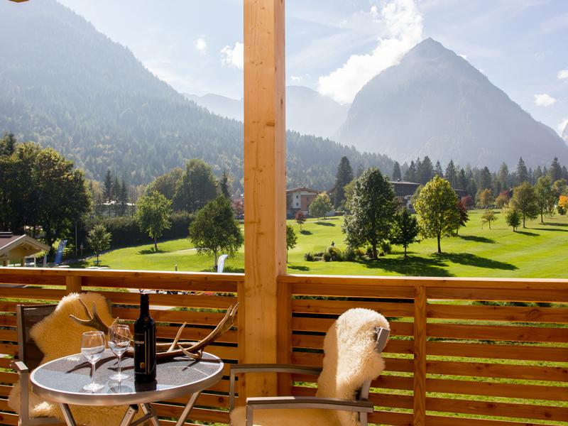 Der Balkon vom Loft mit traumhafter Aussicht auf die Bergwelt