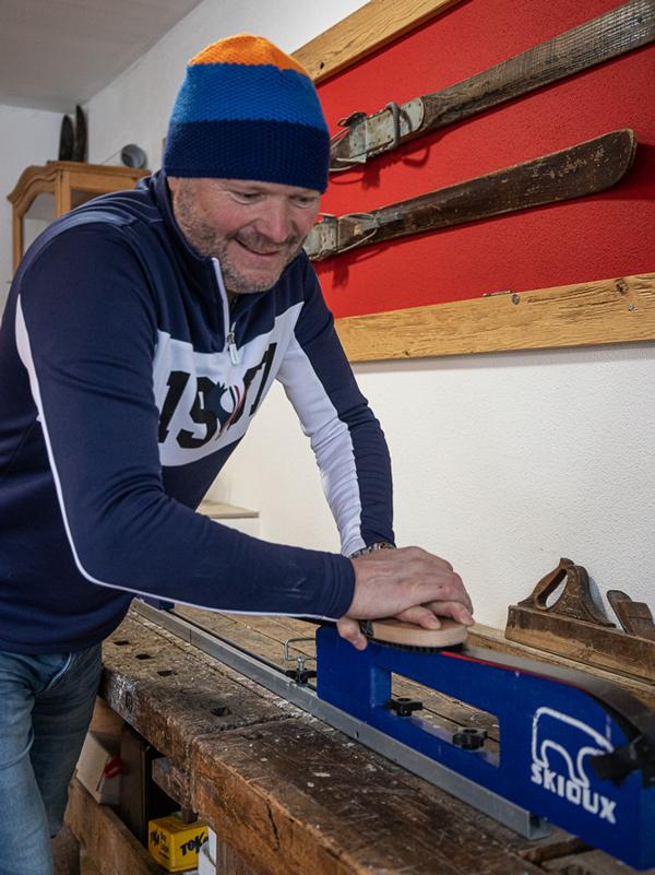 Hausherr Herbert Entner beim Ski wachsen