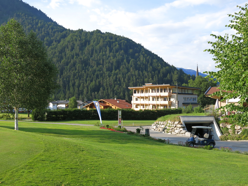 Unser Berghof vom Golfplatz aus